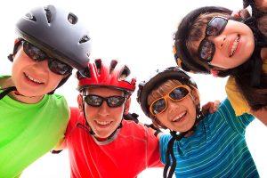 کودکانی که از عینک و کلاه ایمنی ورزشی استفاده میکنند